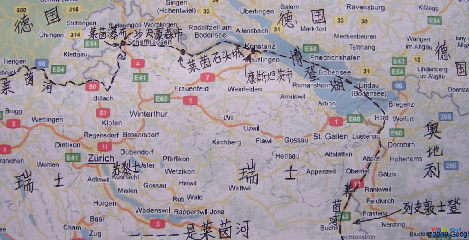 图 4-2 , 瑞士境内的博登湖一角。 博登湖: 我们是先去的博登湖,博登湖位于苏黎士向东大约 70 公里,开车约一个小时。图 4-2 是瑞士境内的博登湖。 平静的湖水碧蓝,湖中白帆点点,湖边山坡上绿荫丛中有一座座漂亮的旅游别墅。博登湖,又称康斯坦茨湖,位于瑞士,德国和奥地利三国交界处,是三国共同管理的高档度假休闲游览区。图 4-2 中路边有一个路牌,上边标注到 Konstanz 27 公里。 Konstanz 市,中文译作康斯坦茨市,是博登湖区内的最大城市,也是博登湖的管理中心和旅游中心,位于德国境内