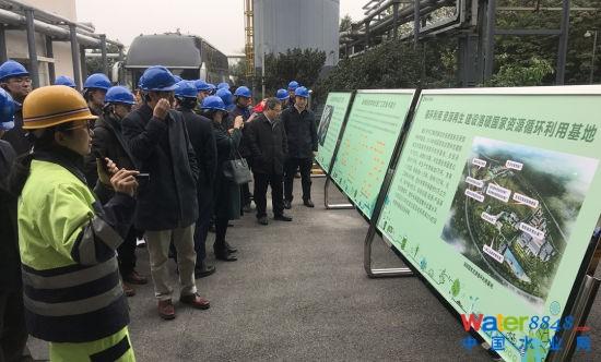 图为与会人员参观考察黑石子餐厨废弃物资源化利用处理厂生产作业情况。肖江川 摄